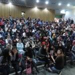 """الجماهيري يستقبل المئات من الشباب في عرض مسرحية """"موت فوضوي"""""""
