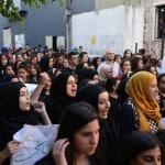 المئات من الشباب في مسيرة ضد العنف نظمتها القيادات الشبابية بالمدينة