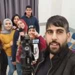 """الجماهيري: طلاب مشروع """"صحافة بعين الشبيبة"""" يصورون تقريراً صحفياً"""