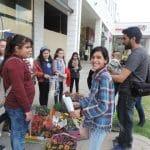 مجموعة القائد الصغير بالجماهيري تقوم بتوزيع الورود احتفاءً بيوم الأم